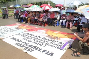 [Global Post] Indonesian Christians pray in protest after government shuts downchurches